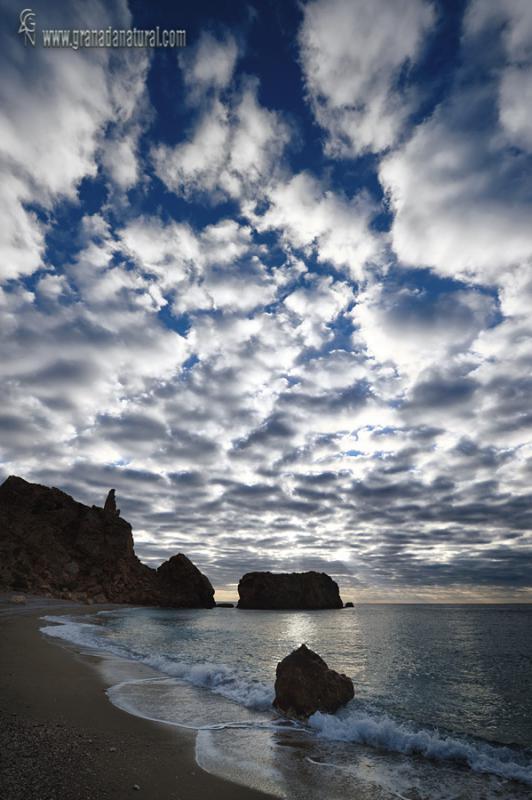 Nubes en la cala de la Rijana. Paisajes de la Costa tropical